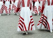 Dançarinos fêmeas nos vestidos brancos e do vermelho Imagens de Stock Royalty Free