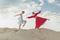 Dançarinos fêmeas novos no deserto Foto de Stock
