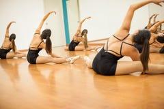 Dançarinos fêmeas que esticam em um estúdio Fotos de Stock