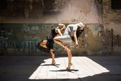 Dançarinos fêmeas que executam junto Imagens de Stock