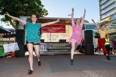 Dançarinos fêmeas que pulam no ar no festival do hindu de Diwali foto de stock royalty free