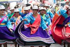 Dançarinos fêmeas que vestem vestidos brilhantes em Equador Imagens de Stock