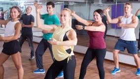 Dançarinos felizes do novato que estudam elementos do zumba imagens de stock royalty free