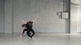 Dançarinos hábeis que praticam a dança moderna no estúdio vídeos de arquivo