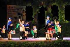 Dançarinos inspirados do Peru que executa na cena exterior da noite fotos de stock royalty free