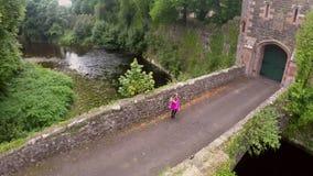Dançarinos irlandeses que dançam em uma ponte foto de stock royalty free