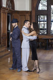 Dançarinos masculinos e fêmeas do tango que executam no restaurante Foto de Stock