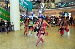 Dançarinos masculinos no traje do guerreiro de Murut Fotografia de Stock
