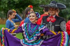 Dançarinos mexicanos no traje tradicional imagens de stock