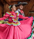 Dançarinos mexicanos no traje tradicional foto de stock royalty free