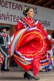 Dançarinos mexicanos novos no traje tradicional imagens de stock royalty free