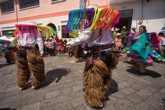 Dançarinos nativos masculinos nas rachaduras em Equador Imagem de Stock Royalty Free