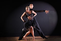 Dançarinos no salão de baile no fundo preto Fotos de Stock Royalty Free