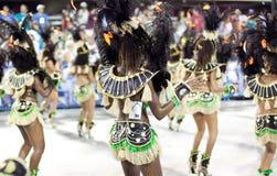 Dançarinos no traje no carnaval em Sambodromo imagem de stock