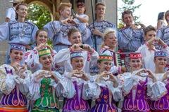 Dançarinos novos de Bielorrússia no traje tradicional fotografia de stock
