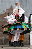 Dançarinos populares da cidade de Lowicz e de trajes tradicionais, Polan Imagens de Stock