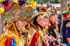 Dançarinos populares tradicionais em máscaras & no traje espanhóis do conquistador Foto de Stock Royalty Free