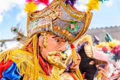 Dançarinos populares tradicionais em máscaras & no traje espanhóis do conquistador Imagens de Stock Royalty Free