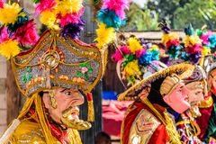 Dançarinos populares tradicionais em máscaras & no traje espanhóis do conquistador Imagem de Stock Royalty Free