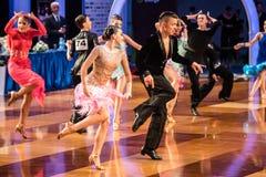 Dançarinos que dançam a dança latin Imagens de Stock Royalty Free