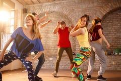 Dançarinos que dançam no gym junto Fotos de Stock