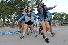 Dançarinos que executam um desempenho exterior da dança da rua imagens de stock royalty free