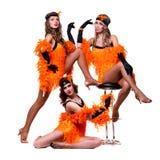 Dançarinos retros fêmeas que mostram alguns movimentos contra o branco isolado Imagem de Stock