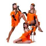Dançarinos retros fêmeas que mostram alguns movimentos contra o branco isolado Fotos de Stock