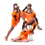 Dançarinos retros fêmeas que mostram alguns movimentos contra o branco isolado Fotografia de Stock