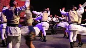 Dançarinos romenos novos no traje tradicional vídeos de arquivo