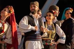 Dançarinos sérvios novos no traje tradicional fotografia de stock