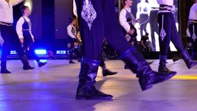 Dançarinos turcos novos no traje tradicional filme