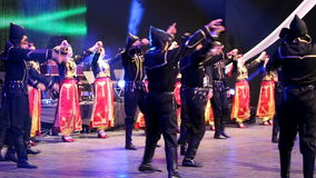 Dançarinos turcos novos no traje tradicional video estoque