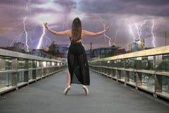 Danças da bailarina na ponte fotografia de stock royalty free