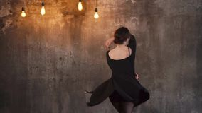 Danças da jovem mulher na dança do estúdio ao estilo do jazz que moderno ensaia video estoque
