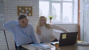 Danças engraçadas Dois homens de negócios felizes bem sucedidos estão tendo o divertimento e estão dançando no escritório Comemor filme