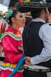 Dan?arinos mexicanos no traje tradicional imagem de stock
