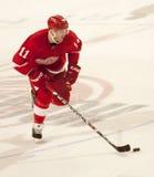 Dan Cleary de los Detroit Red Wings toma su vuelta en tiroteo Foto de archivo libre de regalías