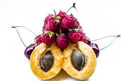 Dan fruto los albaricoques, las cerezas dulces y las frambuesas imagen de archivo libre de regalías