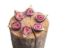 Dan fruto los higos en tocón de madera imagenes de archivo