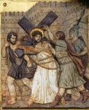 Dan Jesús su cruz, 2das estaciones de la cruz Foto de archivo