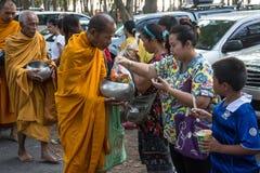 Dan los monjes budistas la comida que ofrece de la gente para el día de Songkran o del FE tailandés del Año Nuevo Imagen de archivo libre de regalías