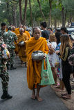 Dan los monjes budistas la comida que ofrece de la gente para el día de Songkran o del FE tailandés del Año Nuevo Foto de archivo