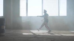 Dan?a nova do rapper em uma constru??o abandonada Cultura de hip-hop rehearsal contemporary filme