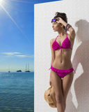 Brunette bonito con el bikini dado vuelta en la derecha Foto de archivo libre de regalías