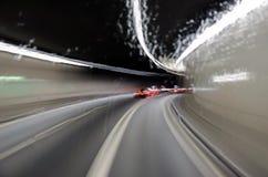 18 01 207 dan vuelta al túnel de la montaña, tiro a través de la ventana mojada del autobús fotografía de archivo libre de regalías