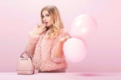Dana allt fotoet av den blonda kvinnan i rosa färger fotografering för bildbyråer