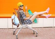 Dana att le hipsterkvinnan ha att bära för gyckel solglasögon royaltyfri bild