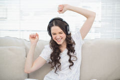 Dança bonita da jovem mulher ao escutar a música Imagem de Stock