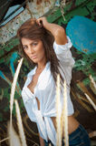 Dana Caucasian posera för modell som är utomhus- framme av ett gammalt fartyg arkivfoto